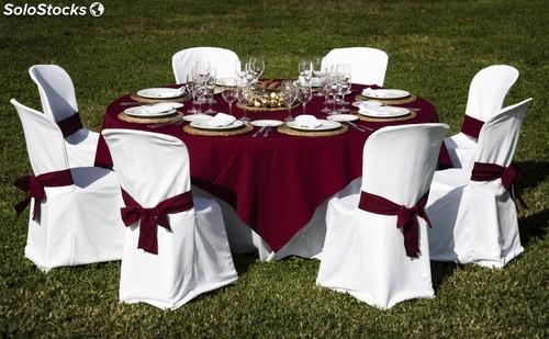 presentacion sillas y mesas con cubres, lazos y mantel